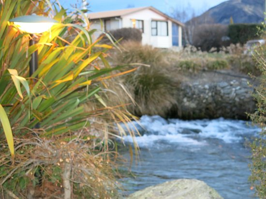 Clearbrook Motel Wanaka: The gorgeous running brook outside