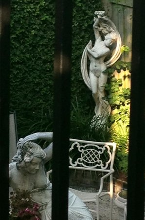 Maison DuBois : Statues in the Courtyard