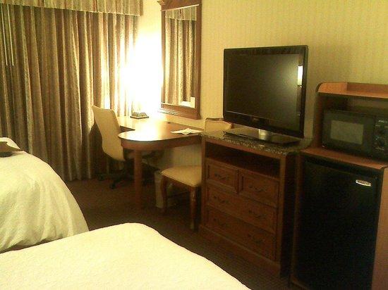 Hampton Inn NY - JFK : Microwave, Mini-fridge, TV, Desk