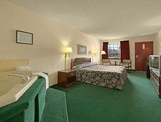 Super 8 Clinton: Jacuzzi Suite