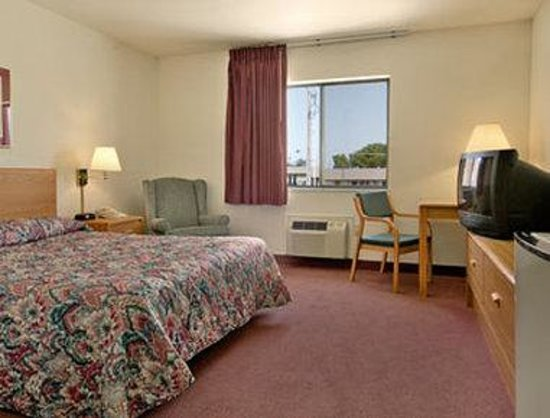 Super 8 Chanute: Queen Bed Room with Mini Fridge
