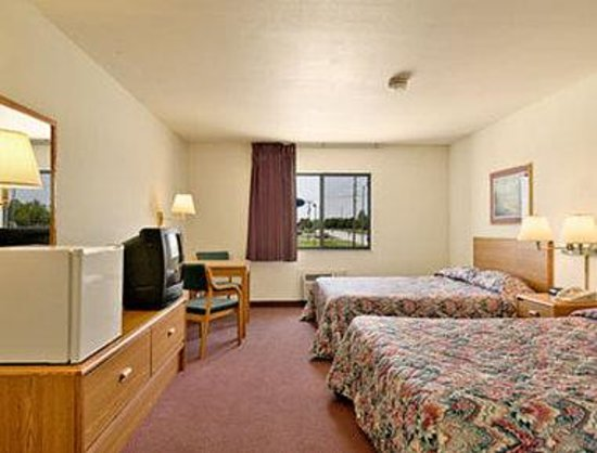Super 8 Chanute: Two Queen Bed Room with Mini Fridge