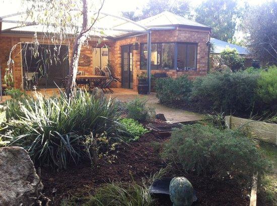 Little Shangri-La B & B: garden 3