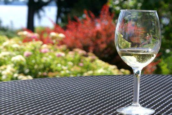 Belhurst Castle: Wine on the terrace