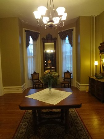 The Casey-Pomeroy House : Living room