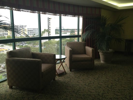 Holiday Inn Tampa Westshore: Seating area right off the elevator