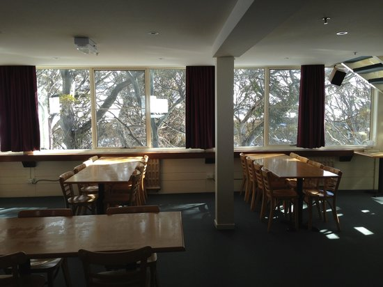 Barina Milpara Lodge: Dining area with view on to mountain and runs