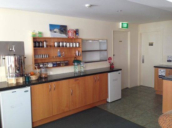 Barina Milpara Lodge: Servery with fresh fruit, afternoon tea, coffee and guest fridges