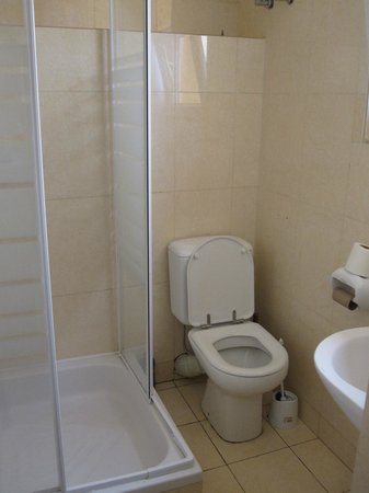 Kwetu Residence Inn: Shower