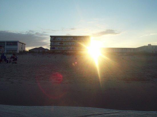 أتلانتك أوشنفرنت إن: View of hotel from the ocean.
