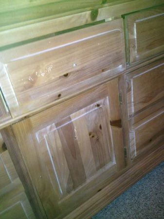 Willowbrook Inn: Dresser drawers missing knobs