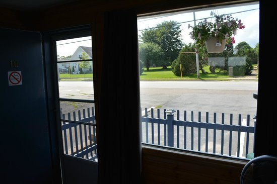 Hillcrest Motel : Out front window to parking lot