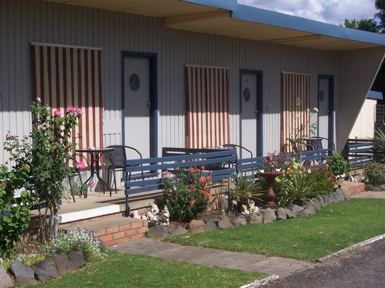 Black Stump Motel: Verandahs outside each suite & lovely gardens.