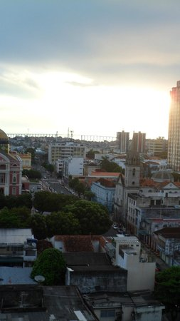 Taj Mahal Hotel Manaus : visão do 12°: esquerda teatro Amazonas, direita Igreja de São Sebastião e a longe a ponte Rio Ne