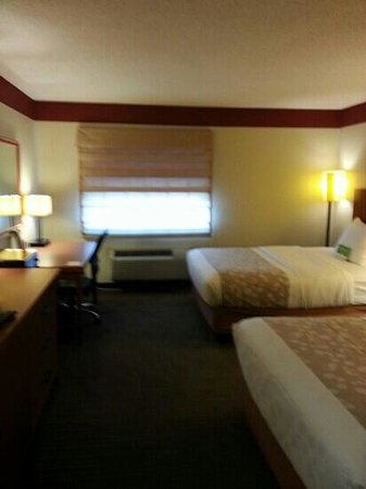 La Quinta Inn & Suites Springdale: balloon shades filter sunlight
