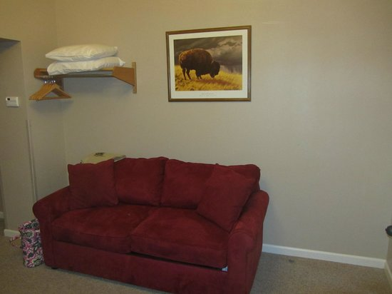 Buffalo Run Inn: Couch in the second room
