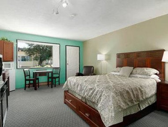 Christina Lake Village: Queen Bed Room with Kitchenette