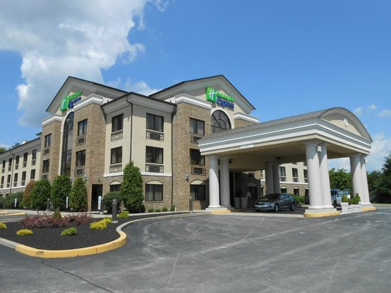 Holiday Inn Express Grove City-Prime Outlet Mall: View of hotel from parking lot