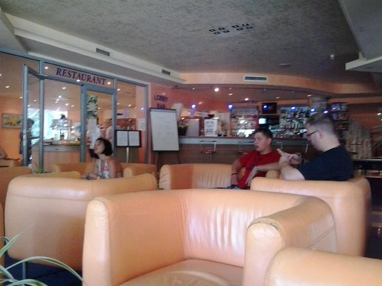 Koral Hotel: Зона отдыха около бара