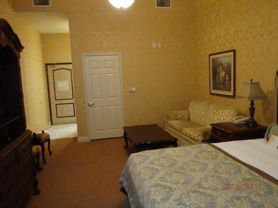 Ayres Hotel Manhattan Beach / Hawthorne : inside room looking toward entry to inside hall