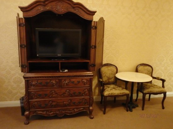 Ayres Hotel Manhattan Beach / Hawthorne : armoire with flat screen tv