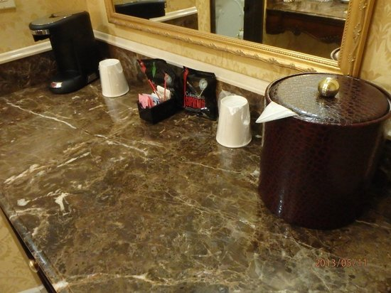 Ayres Hotel Manhattan Beach / Hawthorne : counter with coffee maker
