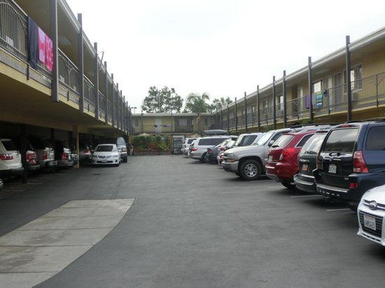 Anaheim Del Sol Inn: フロントあたりから見た客室