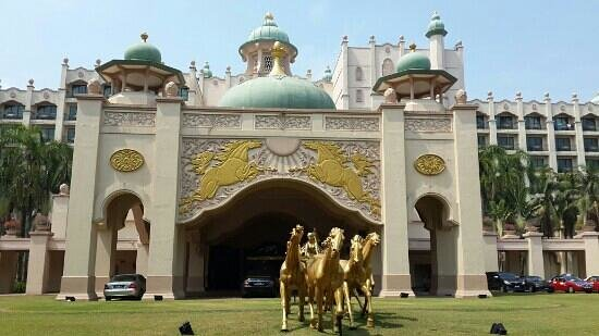 Palace of the Golden Horses: Golden Palace Hotel