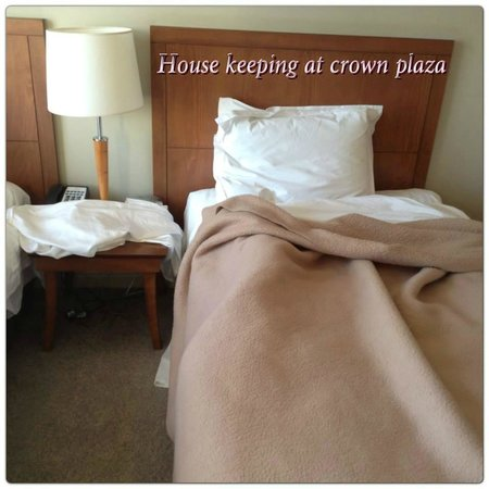 Crowne Plaza Newcastle: unmade bed