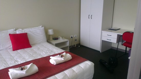 Southern Cross Serviced Apartments : Bed and Wardrobe