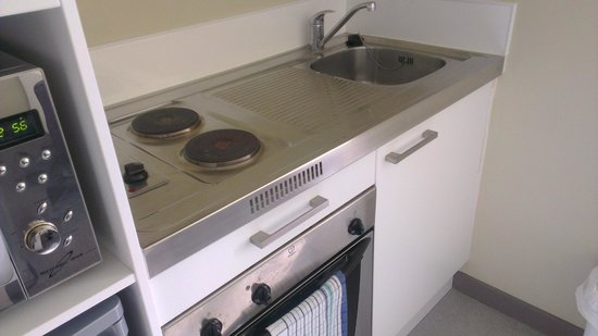 Southern Cross Serviced Apartments: Stove and oven