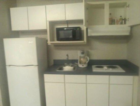 Studio Inn & Suites: View of kitchen