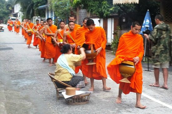 Ancient Luangprabang Inn: monks parading in front of the guesthouse