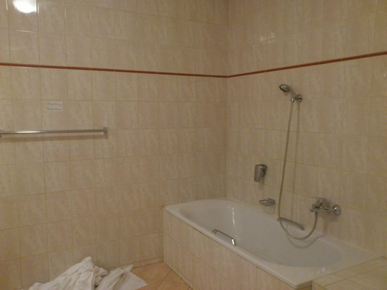 Hotel Belvedere: Could do with a shower screen or curtain