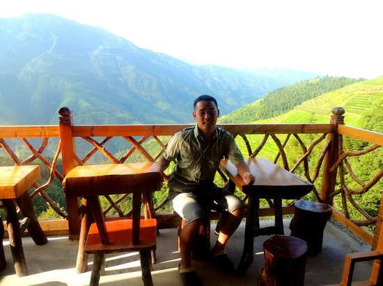 Baike Hotel: Jason, the owner of Daike Hotel, on the balcony. Great place for a cold beer, breakfast or dinne