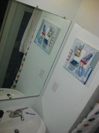 Banana Bungalow Hollywood: Chuveiro quente, banheiro descente