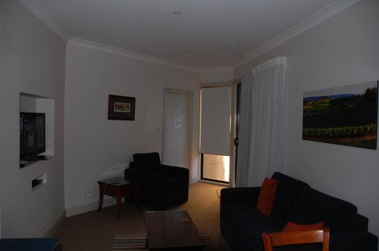 Leisure Inn Pokolbin Hill: The living area.