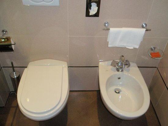 NH Napoli Ambassador: Bathroom
