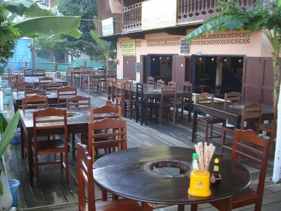 Peeping Som's Bar and Restaurant: atmostphere of the restaurant