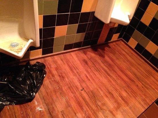 Tilted Kilt Pub & Eatery: clean your bathrooms. so discusting....