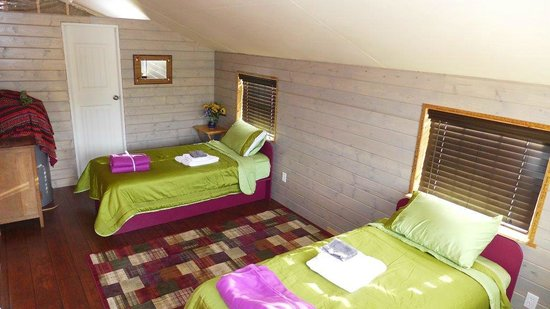 Mountain Thyme Getaway: Downstairs bedroom with ensuite full bath.