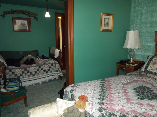 Brierwreath Manor Bed and Breakfast: Extra bed in separate room