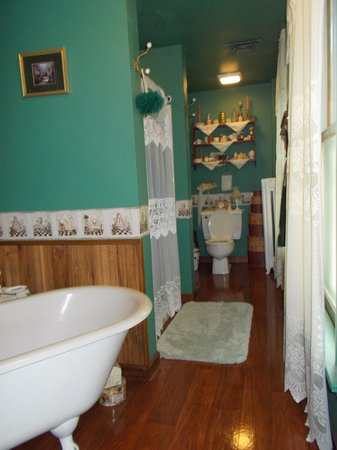 Brierwreath Manor Bed and Breakfast: spacious bathroom