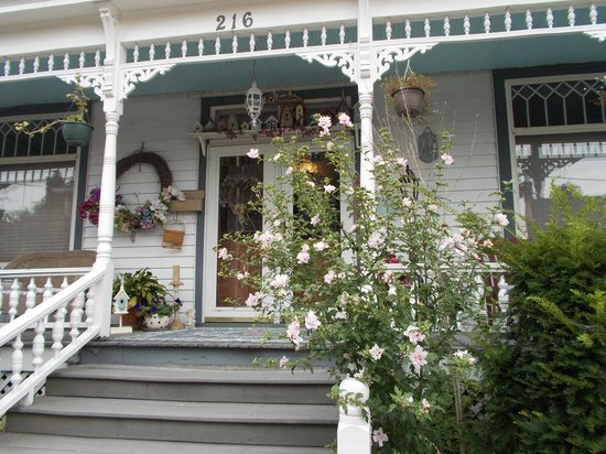 Brierwreath Manor Bed and Breakfast : We loved sitting on porch to chat with friends