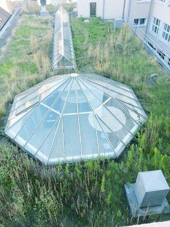 attimo Hotel Stuttgart : unter der Kuppel rechts ist der Frühstücksraum