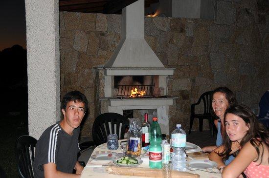 Vista Blu Resort: diner auprès du barbecue