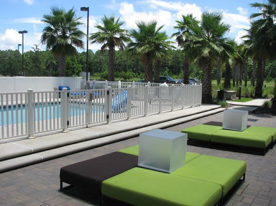 Aloft Jacksonville Airport: pool area