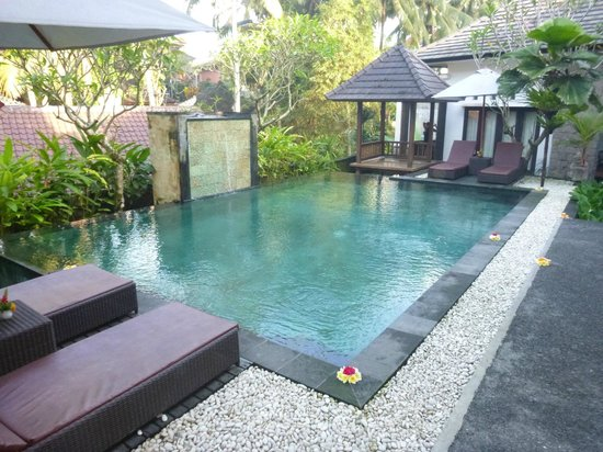 Igna Bungalows: The pool with waterfall