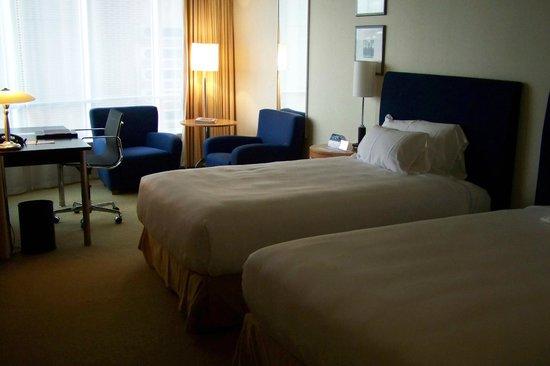 Rotterdam Marriott Hotel: the bedroom