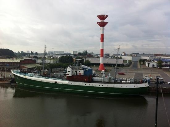 Museumsschiff FMS GERA: Museumsschiff Gera aus dem Comfort Hotel fotografiert